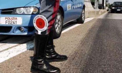 Si schianta con l'auto contro il guard-rail