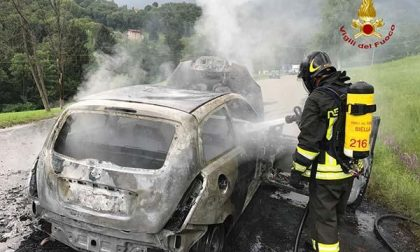 S'incendia l'auto di due turisti