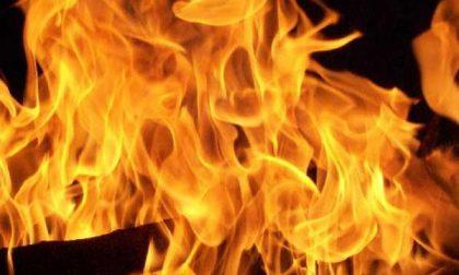 Brucia la roulotte in cortile