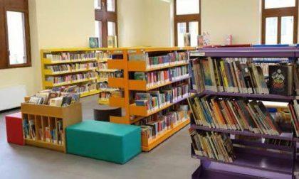 Vandali in azione in biblioteca: danni a libri, pareti, serrature e a varie opere
