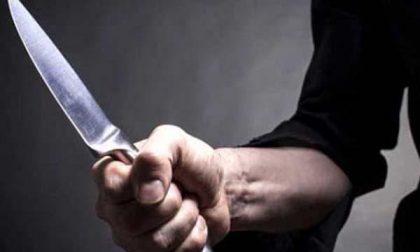 Minacciato con un coltello dalla moglie