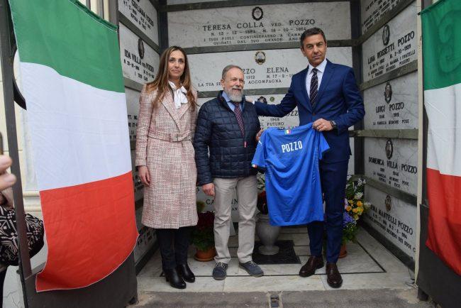 In visita alla tomba di Vittorio Pozzo, Alessandro Costacurta consegna un maglia azzurra al nipote Piervittorio e al sindaco di Ponderano Elena Chiorino (Foto Corrado Sartini)