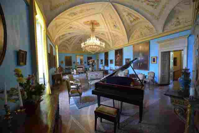 Alcune stanze e cantina riarredate al Castello di Roppolo dal proprietario francese Saletta