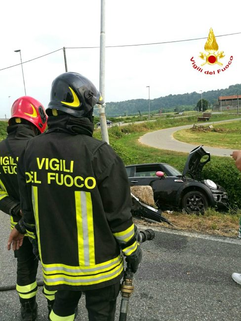 Incidente in superstrada: auto nella scarpata