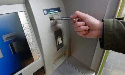 Ruba una borsa, poi fa prelievi folli con il bancomat