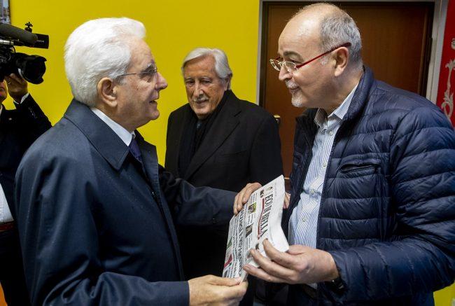 Il direttore di Eco di Biella Roberto Azzoni consegna la copia di Eco akl Presidente della Repubblica Mattarella a Valle Mosso