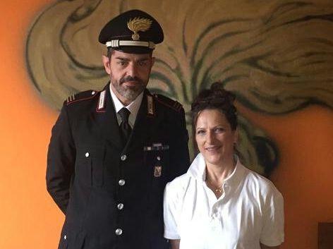 La signora Dorina Cerri con il maresciallo Rodolfo Marsella della stazione di Mosso