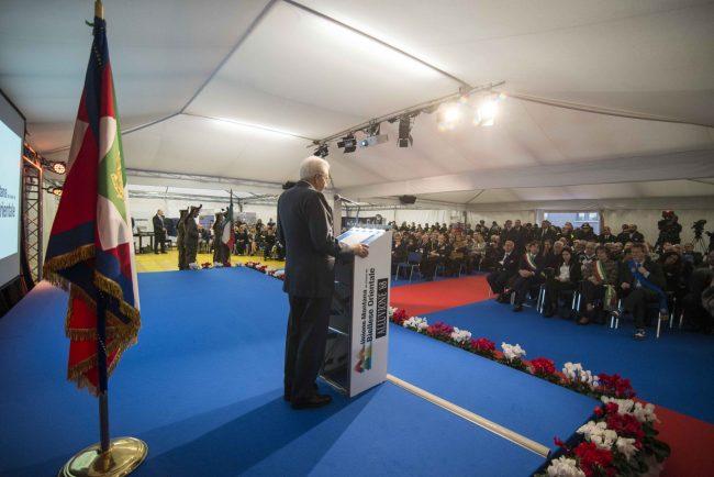 Il Presidente Mattarella sul palco in piazza a Valle Mosso (Foto Canova)