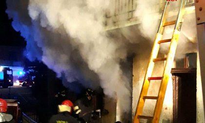 Incendio distrugge il tetto di una casa a Ponderano