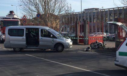 Violento scontro tra moto e furgone in via Piacenza, centauro morto FOTO