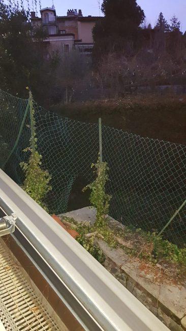 Il buco nella recinzione della funicolare