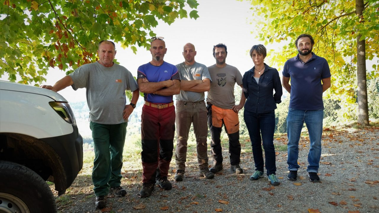 La squadra di operai forestali, con la responsabile Cinzia Piccioni e il consigliere dell'Ente parco Alessandro Ramella Pralungo