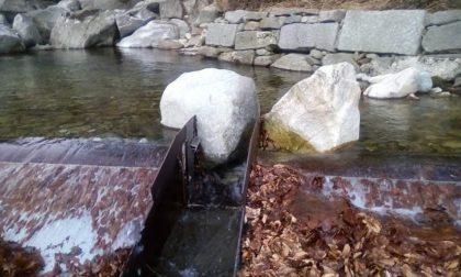 Masso blocca il deflusso, torrente senz'acqua