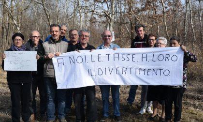 """La protesta contro i cacciatori: """"Sparano vicino alle case"""""""