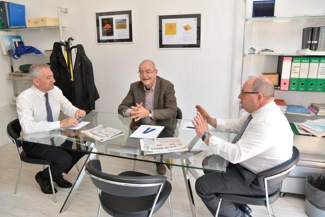 Il confronto tra Gentile e Corradino nella redazione di Eco moderato dal direttore Azzoni (Foto e riprese Marco Canova)
