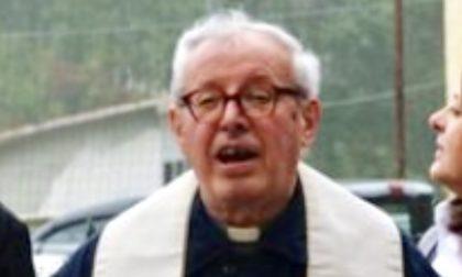 L'ultimo commosso abbraccio al parroco don Bertuzzi