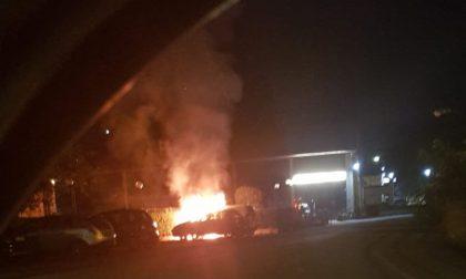 Camion e auto distrutti dalle fiamme