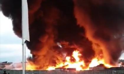 Devastante incendio alla Bergadano di Gaglianico. Avviso: restare in casa con finestre chiuse
