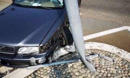 Al volante dell'auto si sente male e va a sbattere contro un palo della luce