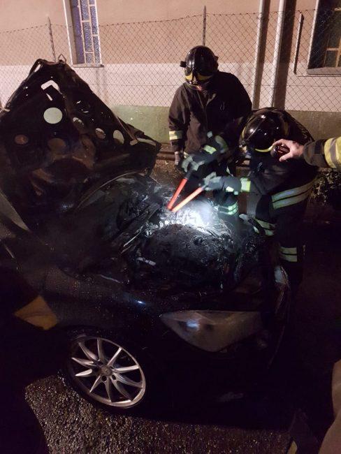 Mercedes distrutta dalle fiamme a Cossato