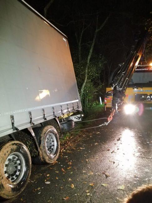 Tir resta incastrato in curva a Ternengo