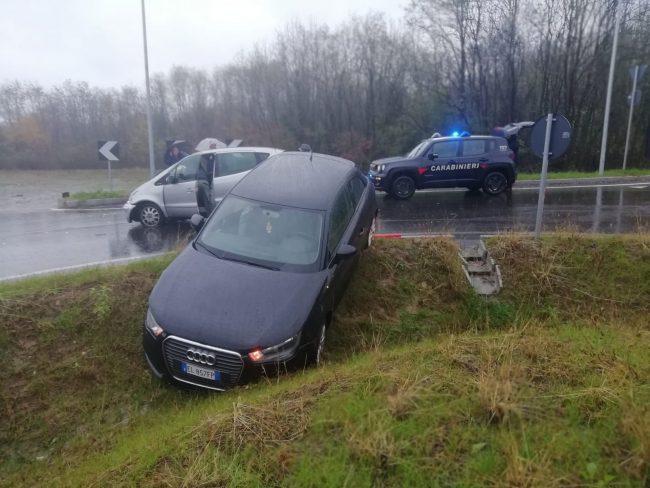 Spingono l'auto in panne in superstrada: sfiorata la tragedia