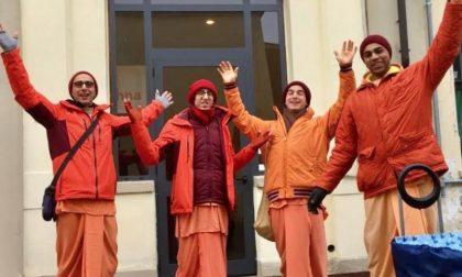 Quattro monaci Hare Krishna per le vie di Biella