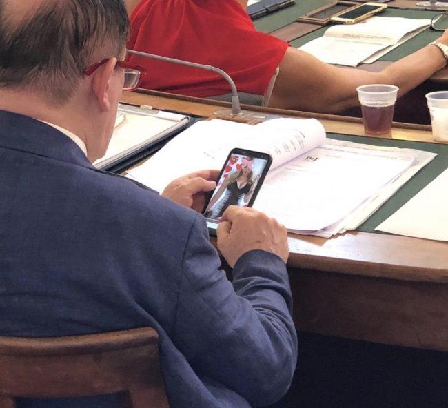 """""""Distratto"""" da foto di donna, consigliere comunale si scusa: """"Resto ancorato alle vecchie tradizioni"""""""