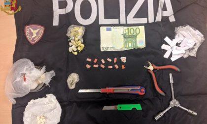Sul treno con ecstasy, marijuana e soldi falsi: arrestato