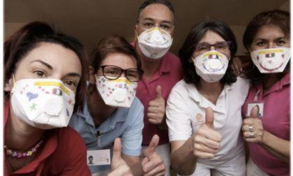 Coronavirus, nelle case di riposo foto e videochiamate tra ospiti e parenti
