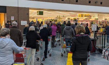 Disinfestazioni aeree e code ai supermercati per accaparramenti: false notizie sui social
