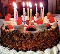 Giovanissimi studenti festeggiano il compleanno dei compagni di classe