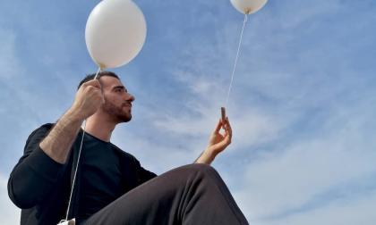 Lorenzo Gnata, dalle 50 sedie del ponte della Tangenziale ai 50 palloncini bianchi