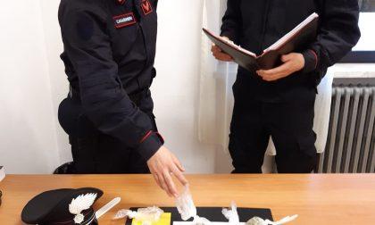 A spasso di sera con addosso 50 grammi di droga: giovane denunciato dai carabinieri