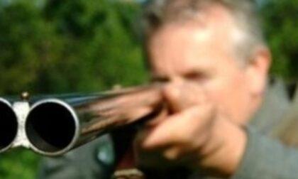 Cacciatore scivola,  lascia partire due colpi di fucile e ferisce sul gluteo un amico