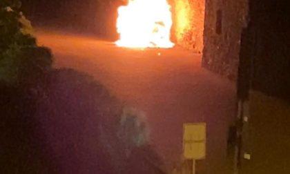 Incendio distrugge un'auto a Gaglianico