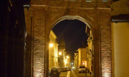 Nuove luci per la porta della Torrazza al Piazzo – FOTO