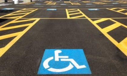 Parcheggia nel posto del supermercato riservato ai disabili: multato 36enne
