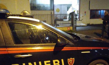 Non riesce il furto in un magazzino tessile: arrivano i carabinieri, ladri in fuga
