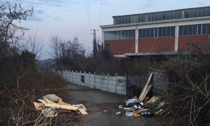 Abbandonano rifiuti ingombranti: identificati i responsabili