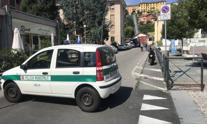 Camion a rimorchio incastrato in piazza Curiel