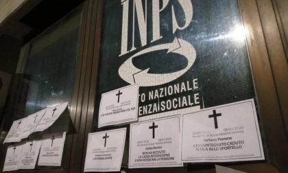 """Necrologi fuori dalla sede Inps """"atto vandalico"""""""