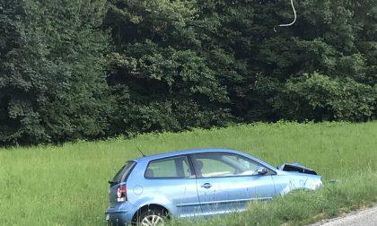 Ferito nell'auto finita contro un palo della luce e fuori strada