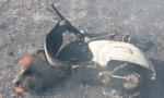 Vespa in fiamme per perdita di benzina, il guidatore riesce ad accostare