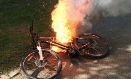 Mette sotto carica la bici elettrica nella notte e quella prende fuoco