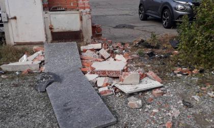 """Di nuovo vandali in piazza. Il Comune: """"Aiutateci a trovarli"""""""