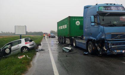 Scontro sulla Trossi tra auto e camion: una ragazza ferita e code chilometriche