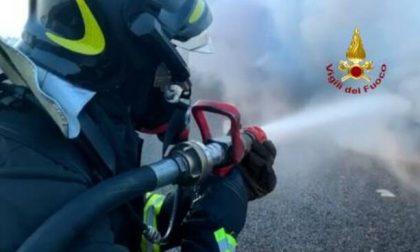 Canna fumaria prende fuoco, distrutto il tetto di una casa