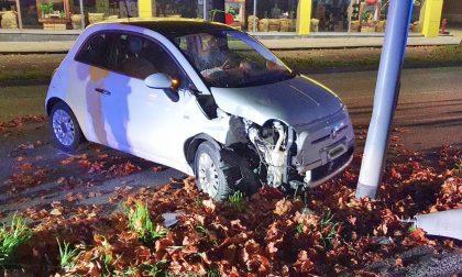 Perde controllo dell'auto in Corso Europa e finisce contro un palo