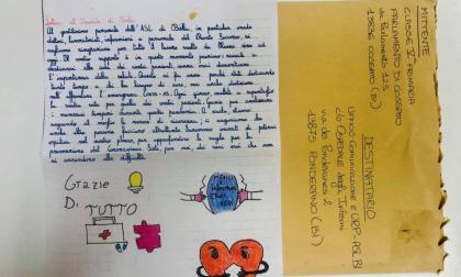 """I bambini delle elementari scrivono ai sanitari dell'ospedale: """"Grazie per i tamponi"""""""